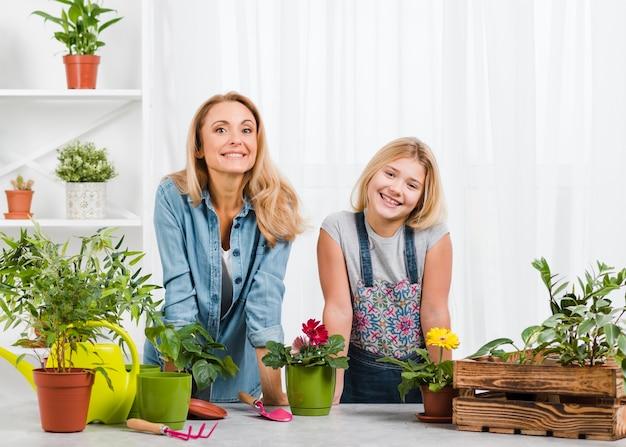 Smiley Mama I Córka W Szklarni Darmowe Zdjęcia