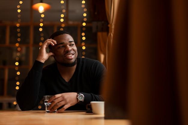 Smiley Mężczyzna Cieszy Się Filiżankę Kawy Darmowe Zdjęcia