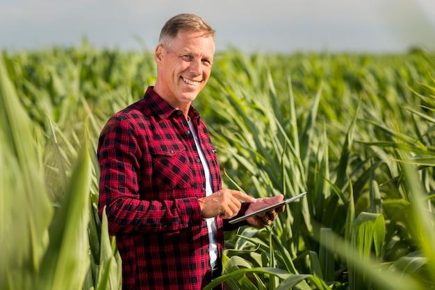 Smiley mężczyzna patrzeje kamerę Darmowe Zdjęcia