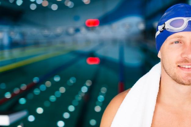 Smiley mężczyzna pływak w basenie Darmowe Zdjęcia