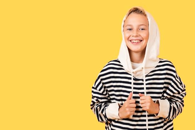 Smiley młody chłopak ubrany w bluzę z kapturem Darmowe Zdjęcia
