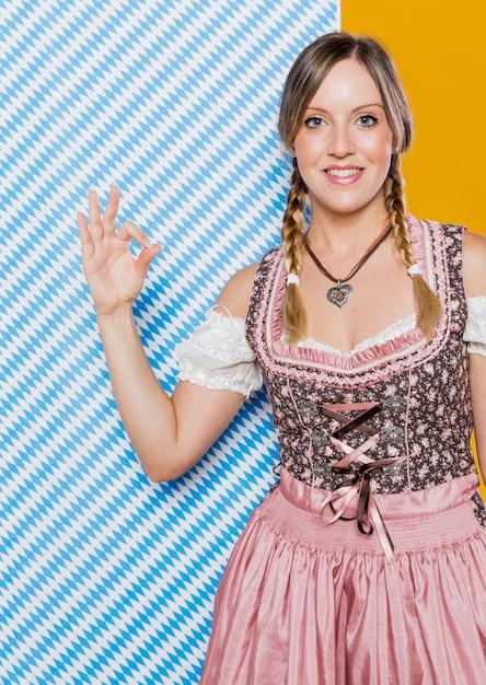 Smiley Niemiecka Kobieta Przygotowywająca Dla Festiwalu Darmowe Zdjęcia