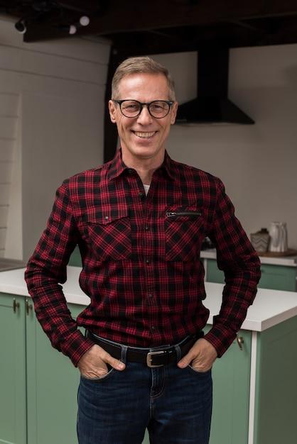 Smiley Ojciec Pozuje W Kuchni Darmowe Zdjęcia