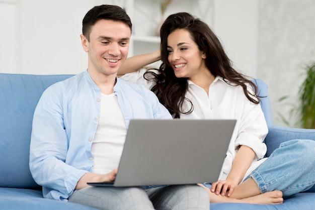 Smiley Para W Domu Na Kanapie Z Laptopem Darmowe Zdjęcia