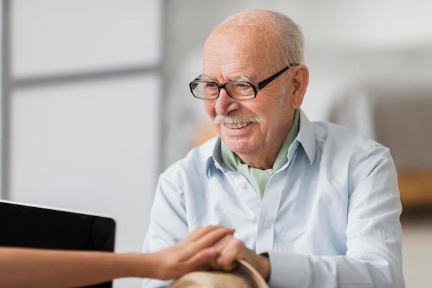 Smiley Starszy Mężczyzna Rozmawia Z Pielęgniarką Darmowe Zdjęcia