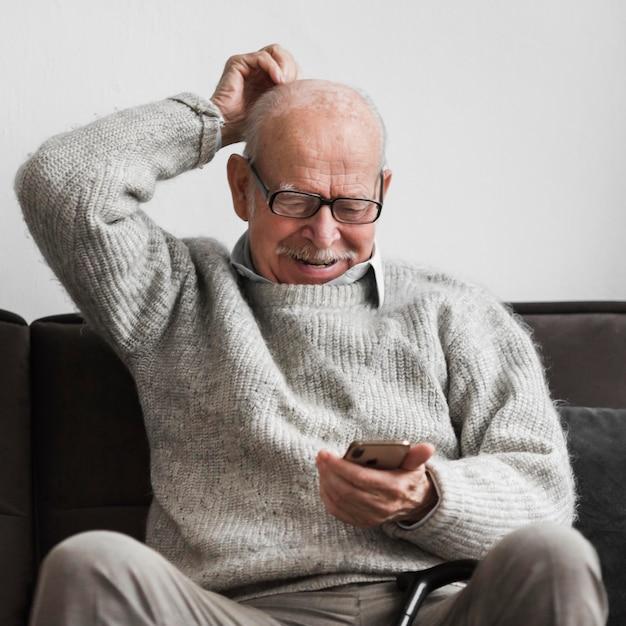 Smiley Starzec W Domu Opieki Za Pomocą Smartfona Darmowe Zdjęcia