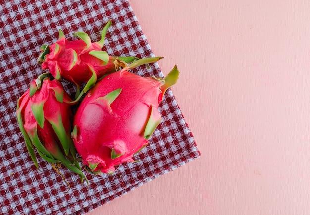 Smoczy Owoc Na Różowym I Piknikowym Materiale, Leżący Na Płasko. Darmowe Zdjęcia