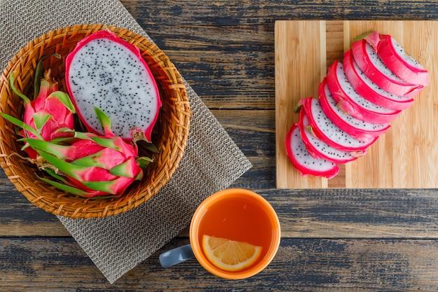 Smoczy Owoc W Koszyczku Z Podkładką, Herbata Płaska Na Drewnianej Desce Do Krojenia Darmowe Zdjęcia