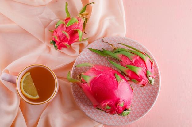 Smoczy Owoc W Talerzu Z Herbatą Leżał Na Różowym Stole Darmowe Zdjęcia