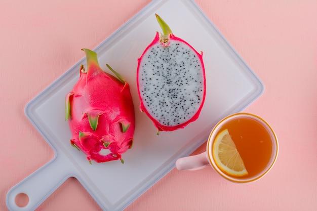 Smoczy Owoc Z Herbatą Na Różowo I Deską Do Krojenia, Leżał Na Płasko. Darmowe Zdjęcia
