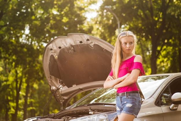 Smutna I Zła Kobieta Z Uszkodzonego Samochodu Premium Zdjęcia