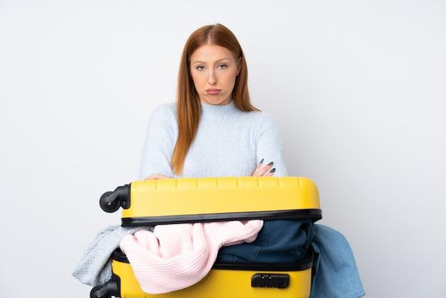 Smutna Podróżnicza Kobieta Z Walizką Pełną Ubrań Premium Zdjęcia