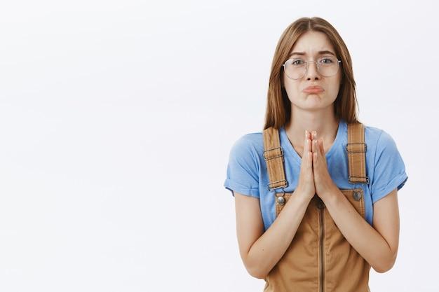 Smutna Ponura Dziewczyna Błaga, Błaga O Pomoc, Prosi O Przysługę Darmowe Zdjęcia