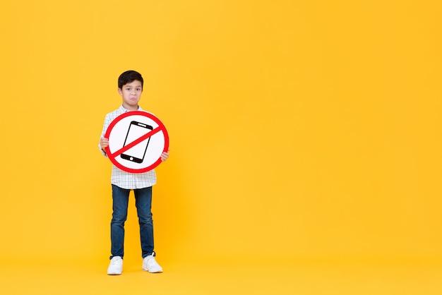 Smutny Chłopiec Azjatyckich Gospodarstwa Zakazane Telefon Komórkowy Oznakowania Premium Zdjęcia