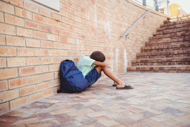 Smutny Chłopiec Z Głową Na Kolanach Premium Zdjęcia