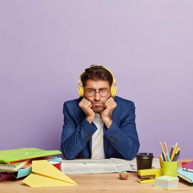 Smutny Niezadowolony Biznesmen Siedział Przy Biurku Darmowe Zdjęcia