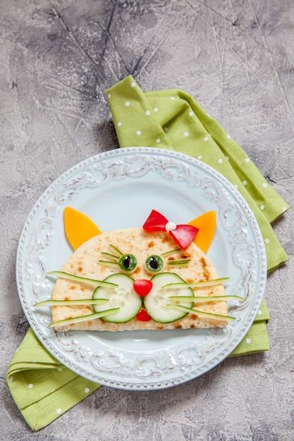 Śniadanie Dla Dzieci Z Kocią Quesadillą Premium Zdjęcia
