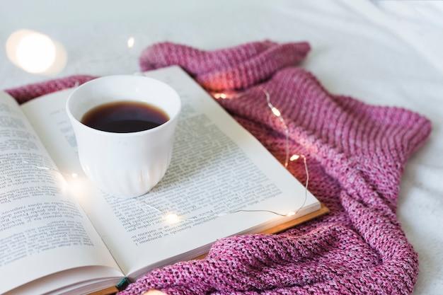 Śniadanie w łóżku z książką Darmowe Zdjęcia