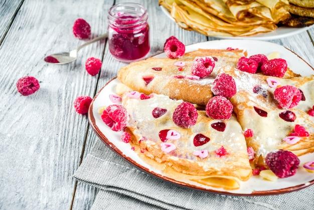 Śniadanie Walentynkowe Ze Słodkimi Naleśnikami Premium Zdjęcia