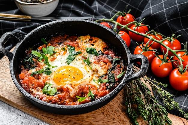Śniadanie Z Jajkami Sadzonymi, Pomidorami. Shakshuka Na Patelni. Tradycyjne Potrawy Tureckie. Szare Tło. Widok Z Góry. Premium Zdjęcia