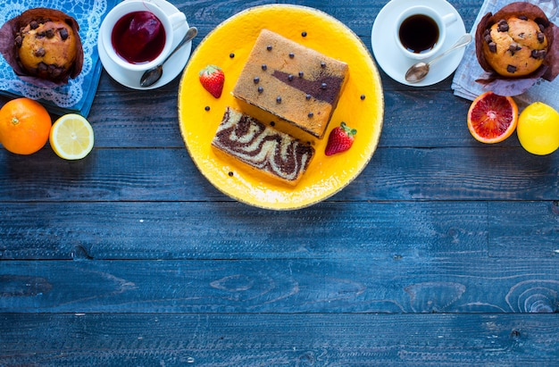 Śniadanie Z Kawą I Herbatą Z Różnymi Wypiekami I Owocami Na Drewnianym Stole Premium Zdjęcia