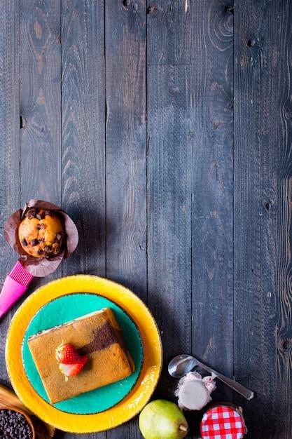 Śniadanie Z Różnymi Wypiekami I Owocami Na Drewnianym Premium Zdjęcia
