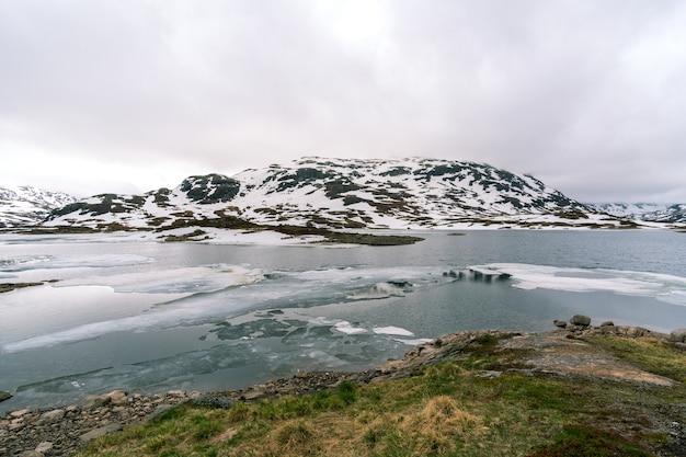 Śnieżna Góra Z Zimną Rzeką W Norwegii Darmowe Zdjęcia