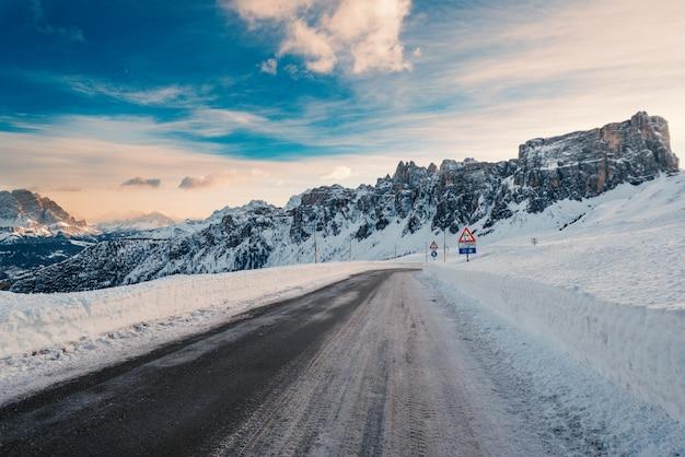 Śnieżna Górska Droga Krajobrazowa W Giau Pass Premium Zdjęcia