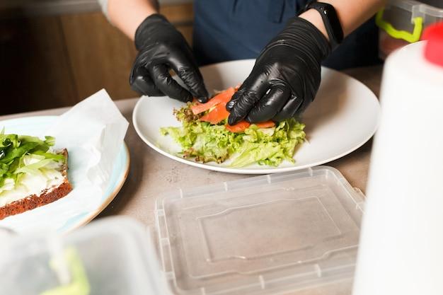 Snop Robi Sałatki Warzywnej Z Wędzonym łososiem W Restauracji. Premium Zdjęcia