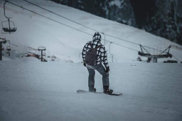 Snowboardzista Jeździ Na Stoku. Ośrodek Narciarski. Miejsce Na Tekst Premium Zdjęcia