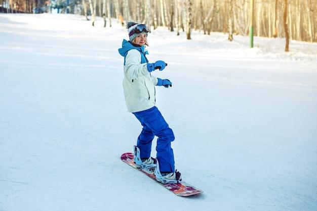 Snowboardzistka snowboarding w dół góry Premium Zdjęcia