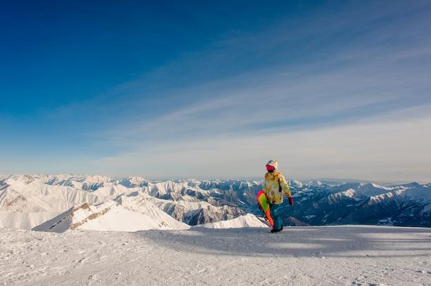Snowboardzistka W Odzieży Sportowej, Chodzenie Na Szczyt Premium Zdjęcia