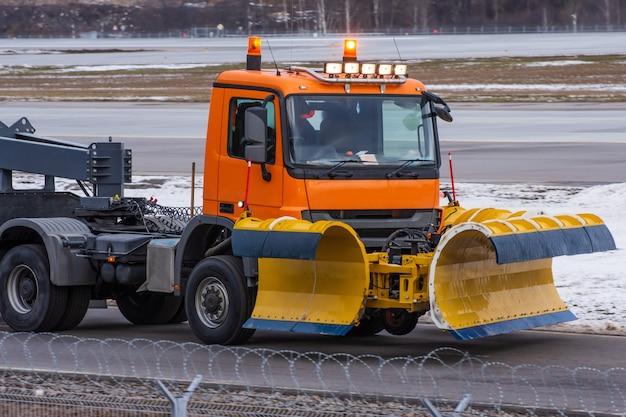 Snowplow Jeździ Na Lotnisku, Widok Na Kabinę W Pobliżu. Premium Zdjęcia