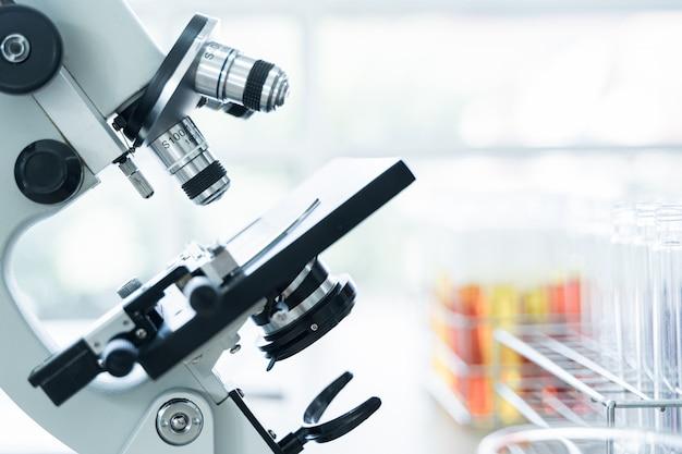 Soczewka Mikroskopu Z Probówką W Stojaku Premium Zdjęcia