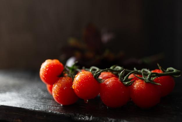 Soczyste Dojrzałe Czerwone Pomidory Koktajlowe Premium Zdjęcia