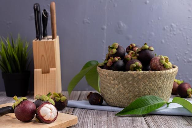 Soczyste Owoce Mangostanu Na Stole W Kuchni, Słodkie Owoce Tropikalne. Premium Zdjęcia