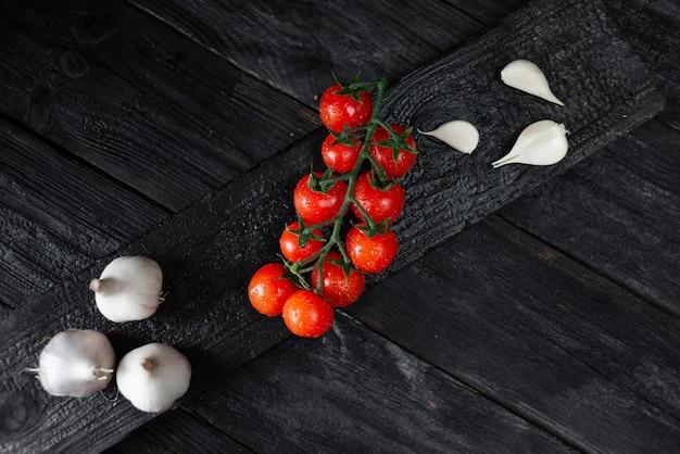 Soczyste Pomidory Koktajlowe I Czosnek Premium Zdjęcia