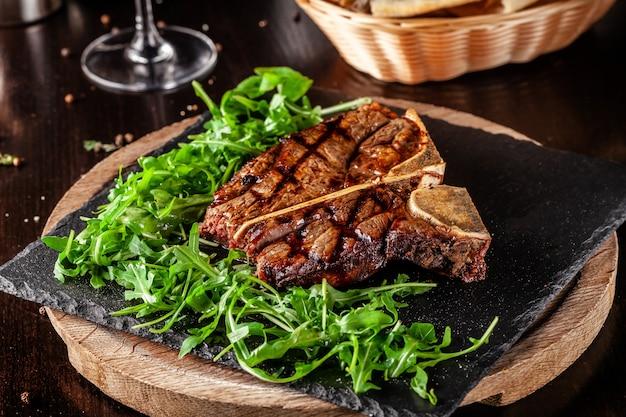 Soczysty Stek T-bone Starzenia Wołowiny. Premium Zdjęcia