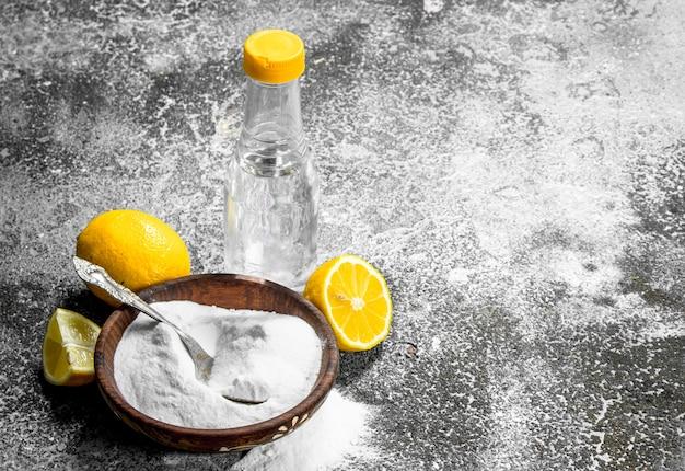 Soda Oczyszczona Z Octem I Cytryną. Na Tle Rustykalnym. Premium Zdjęcia