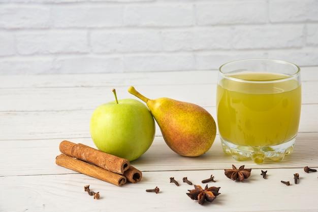 Sok Gruszkowo-jabłkowy O Smaku Cynamonowym W Szklanej Filiżance Darmowe Zdjęcia