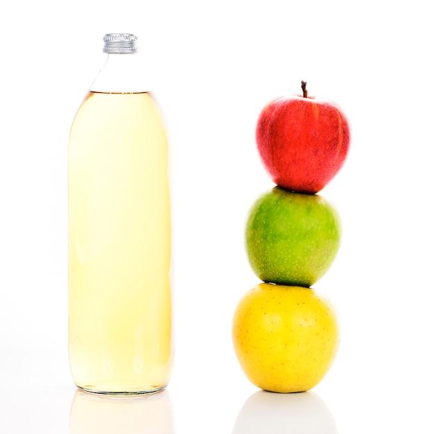 Sok Jabłkowy W Szklanej Butelce I Trzy Dojrzałe Jabłka Darmowe Zdjęcia