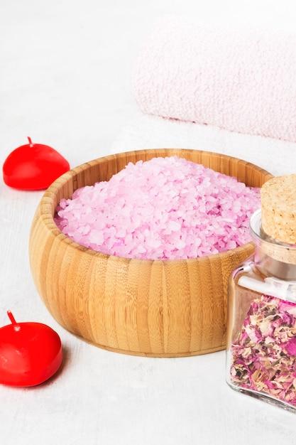 Sól Do Kąpieli O Zapachu Róży W Drewnianej Misce, Płatki I świeża Różowa Róża, Ręczniki I świece Na Białym Tle Premium Zdjęcia