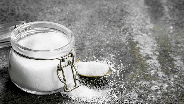 Sól W Szklanym Słoju. Na Tle Rustykalnym. Premium Zdjęcia
