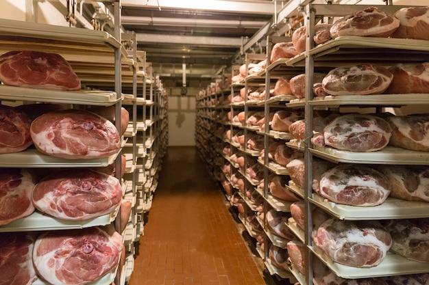 Sorage Prosciutto W Fabryce Szynki W Bolonii We Włoszech Premium Zdjęcia
