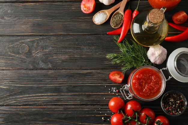 Sos Chili, Czosnek, Pomidory Czereśniowe, Oliwa Z Oliwek, Przyprawy Na Drewniane Tła, Miejsca Na Tekst. Widok Z Góry Premium Zdjęcia