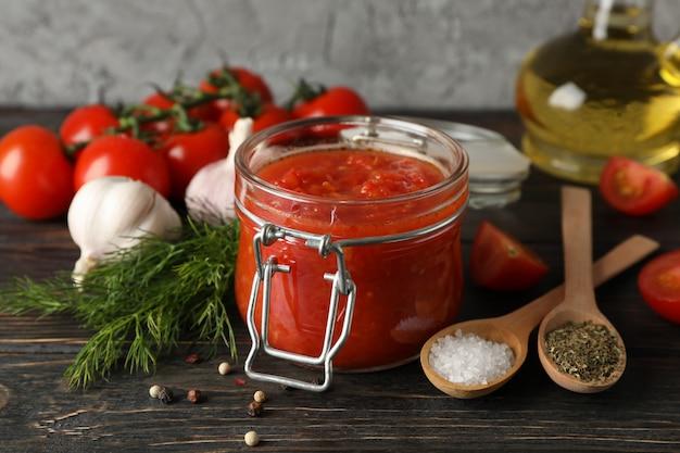 Sos Chili, Czosnek, Pomidory Czereśniowe, Oliwa Z Oliwek, Przyprawy Na Drewniane Tła, Miejsca Na Tekst. Zbliżenie Premium Zdjęcia