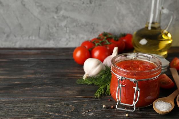 Sos Chili, Czosnek, Pomidory Czereśniowe, Oliwa Z Oliwek, Przyprawy Na Drewniane Tła, Miejsca Na Tekst Premium Zdjęcia