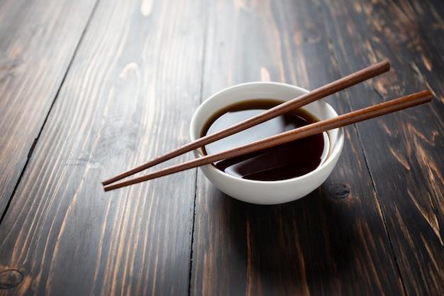 Sos sojowy i soja na drewnianym stole. Darmowe Zdjęcia