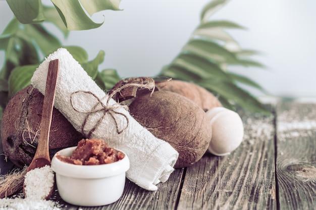 Spa I Centrum Odnowy Biologicznej Z Kwiatami I Ręcznikami. Jasna Kompozycja Z Tropikalnymi Kwiatami. Produkty Dayspa Nature Z Kokosem Darmowe Zdjęcia