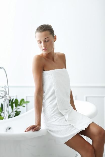 Spa I Piękno. Piękna Kobieta W łazience Darmowe Zdjęcia